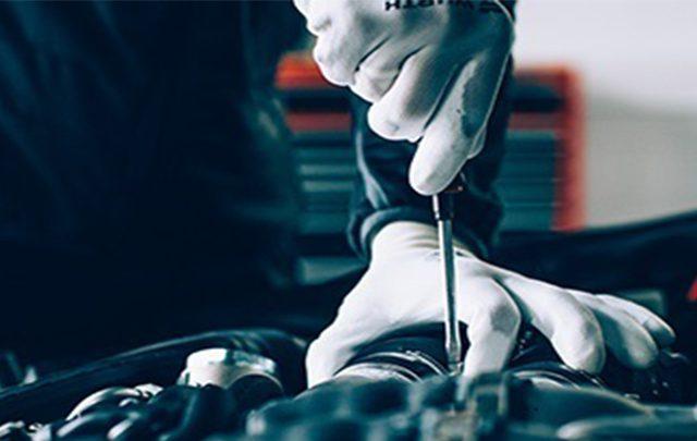 Arbeitskleidung Würth MODYF, Audi RS6, Kfz-Mechatroniker bei der Arbeit