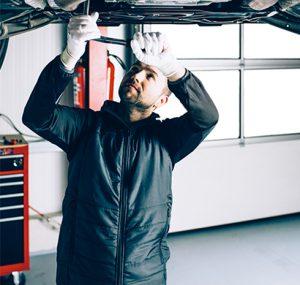KfZ-Werkstatt PP Performance & Jimmy Pelka beim Tunen eines Autos, Arbeitskleidung von Würth MODYF, Kfz-Mechaniker, Autotuning