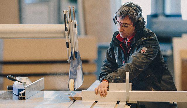 Schreiner Marco Hinz und sein Masterpiece: das Sideboard aus Bambus