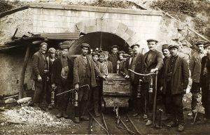 Arbeiter und Bergleute in Arbeitskleidung